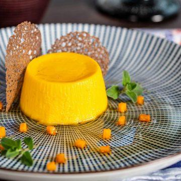 Budino di zucca e parmigiano con succo di mostarda e cialda alle bacche di cacao – chef Bruno Barbieri