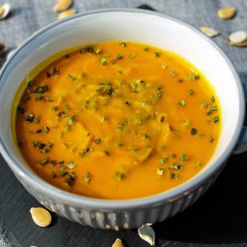 vellutata di zucca con crumble salato alle olive