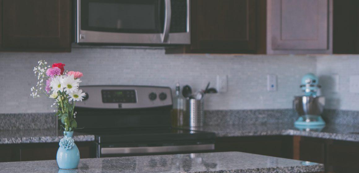Come pulire un microonde con l'aceto: passo a passo