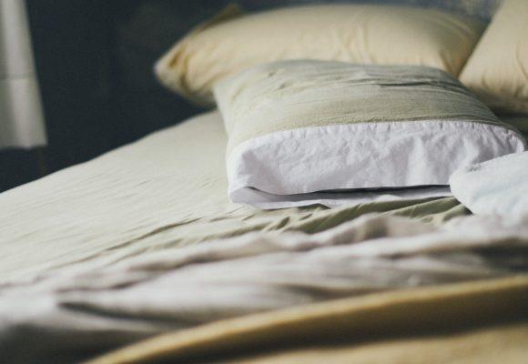 Macchie gialle sui cuscini: come rimuoverle facilmente