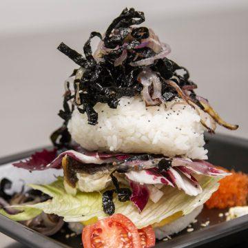 Sushi burger con spigola, ricetta di Dimitra Panagiotopoulou
