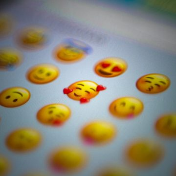 Quale emoji ti rappresenta: sei del team bacio o quello risata?